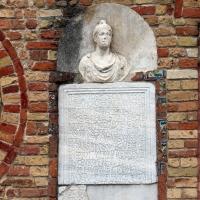 Pomposa, abbazia, atrio di mazulo del 1000-1050 ca., decori in cotto e in marmo 05 lapide e busto romano - Sailko - Codigoro (FE)