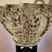Capitello ravennate in amrmo di proconneso riutilizzato come acquasantiera, VI secolo - Sailko - Codigoro (FE)