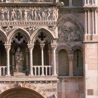 Cattedrale. Scorcio del protiro - samaritani - Ferrara (FE)