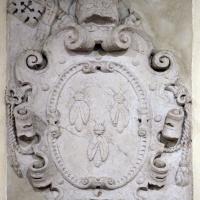 Stemma di urbano VIII barberini in pietra d'istria, dalla porta catena, xvii secolo - Sailko - Ferrara (FE)