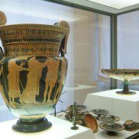Museo Archeologico Nazionale, vetrina della tomba 18 C di Valle Pega. Cratere a volute. - Baraldi - Ferrara (FE)