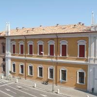 Palazzo del Monte di Pietà e paracarri