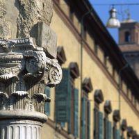 palazzo municipale con particolare colonna - zappaterra - Ferrara (FE)