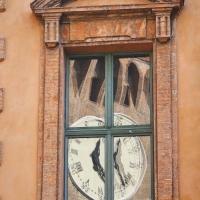 UNA DELLE FINESTRE DEL TEATRO COMUNALE CON RIFLESSO OROLOGIO DEL CASTELLO ESTENSE - Fedeclick - Ferrara (FE)