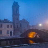 Chiesa e ponte del Carmine in ora blu nebbiosa - Vanni Lazzari - Comacchio (FE)