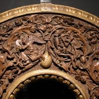 Intagliatore attivo a ferrara, cornice per specchio, 1505-10 ca. (v&a) 02 angelo e scheletro - Sailko - Ferrara (FE)