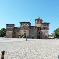 Il piazzale ciottolato antistante - Tirini - Cento (FE)