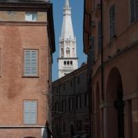 Scorcio con Torre della Ghirlandina - Luce&nebbia - Modena (MO)