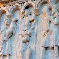 """""""Sacrificio di Caino e Abele, uccisione di Abele e rimprovero divino"""" opera di Wiligelmo, Facciata del Duomo - Chiara Salazar Chiesa - Modena (MO)"""