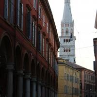 Cittadini in movimento sotto alla Torre Ghirlandina di Modena - BeaDominianni - Modena (MO)
