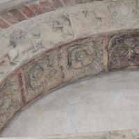 Duomo modena estero particolare porta posteriore con figura Artu - Manesti - Modena (MO)