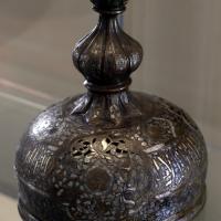 Manifattura siriana o egiziana, coperchio di bruciaprofumi in ottone con intarsi in argento, xiii-xiv secolo - Sailko - Modena (MO)