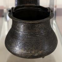 Manifattura siriana o egiziana, secchiello, in ottone ageminato in argento, xiv secolo - Sailko - Modena (MO)