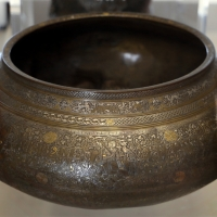 Shiraz, ciotola sbalzata, ottone ageminato, 1305 - Sailko - Modena (MO)