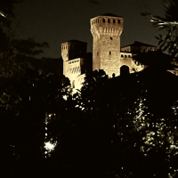 20170914225809-01 veduta notturna della Rocca tra due piccole palme - Massimo F. Dondi - Vignola (MO)