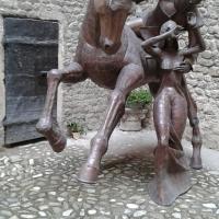 20160918 120744 Corte d'onore della Rocca con gruppo scultoreo..le donne i cavalieri e le audaci imprese - Massimo F. Dondi - Vignola (MO)