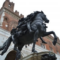 Statue equestri e palazzo Gotico - Wikyu - Piacenza (PC)
