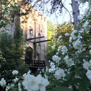 Castello di Gropparello - Castello di Gropparello - la facciata del Ponte Levatoio vista dal giardino  laterale foto di: |Rita Trecci Gibelli| - Archivio fotografico del castello