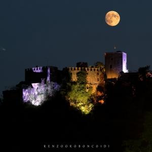 Castello di Gropparello - Veduta notturna del Castello da Valle di Gropparello foto di: |renzo Oroboncoidi| - realizzata in proprio
