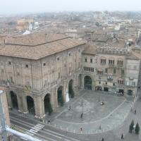 Parma, piazza garibaldi, palazzo del Comune visto dal palazzo del Governatore - Brdlgu - Parma (PR)