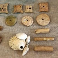 Bronzo recente, manufatti in osso, monili in cocnhiglia e ambra, dalla terramara di forno del gallo e beneceto - Sailko - Parma (PR)