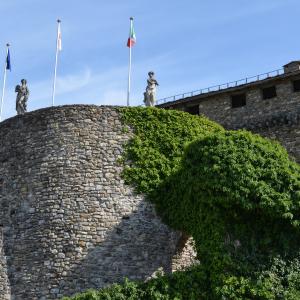 Castello di Compiano - Rivellino di fronte all'Entrata del Castello foto di: Mariella Delnevo - Autore Mariella Delnevo