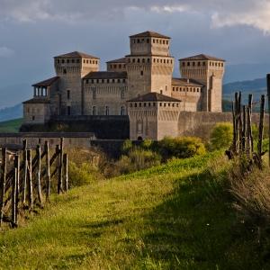 Castello di Torrechiara - Castello di Torrechiara, dai vigneti foto di: |Carla Silva| - Proloco Langhirano