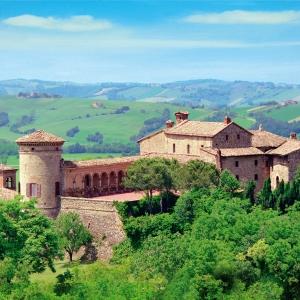 Castello di Scipione dei Marchesi Pallavicino - Castello di Scipione dei Marchesi Pallavicino con panorama collinare foto di: |Pio Dolci| - Castello di Scipione