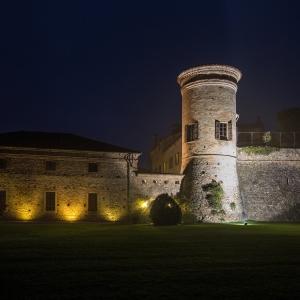Castello di Scipione dei Marchesi Pallavicino - Castello di Scipione dei Marchesi Pallavicino - La facciata dal giardino in notturna foto di: |Foto Bocelli - Castello di Scipione| - Castello di Scipione