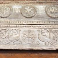 Sant'apollinare in classe, interno, sarcofagi ravennati del V secolo ca. 06 pavoni, colombe e tralci di vite, usato per il vescovo tedoro nel 693 - Sailko - Ravenna (RA)