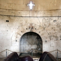 Mausoleo di teodorico, interno, camera superiore, arco e croci a rilievo e come finestra - Sailko - Ravenna (RA)