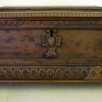 Italia del nord, scrigno con mascheroni, cartiglio e zampe leonine, 1690-1710 ca - Sailko - Ravenna (RA)