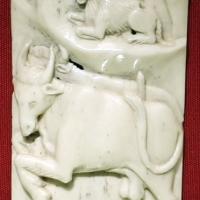 Bottega di baldassarre degli embriachi, placca di confanetto con due tori e un ariete, 1390-1410 ca - Sailko - Ravenna (RA)