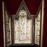 Bottega di baldassarre degli embriachi, altarolo con crocifissione e santi, osso e legno, 1390-1410 ca - Sailko - Ravenna (RA)