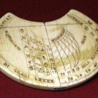 Italia, tavoletta con orologio solare astronomico e strumento di misurazione, 1590 ca - Sailko - Ravenna (RA)