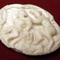 Dieppe (attr.), coperchio di scatoletta in avorio con satiro che afferra una ninfa, xvii secolo - Sailko - Ravenna (RA)