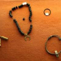 Collana in dischetti di giaietto nero e pendente a crescente lunare in oro, da cesarea, II-III secolo, e altri monili - Sailko - Ravenna (RA)