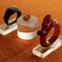 Produizione di aquileia, anello in ambra con bustino femminile, 90 dc ca. e anello in bronzo con corniola e due pesci, 390-410 dc ca - Sailko - Ravenna (RA)