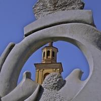 """Suggestiva immagine della Torre Civica vista attraverso la scultura """"Volo negato"""" - Caba2011 - Gualtieri (RE)"""