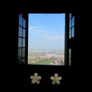 Castello di Bianello - Decoro finestra foto di: |Giacopini Vito| - Archivio fotografico del castello