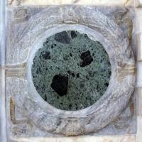 Sagrestia della cappella delle Virtù, portale, ghirlanda 01 - Sailko - Rimini (RN)