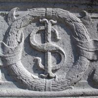Tempio malatestiano, esterno, zoccolo, stemma sigismondo 02 - Sailko - Rimini (RN)
