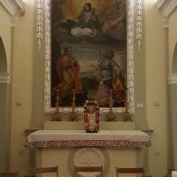 L'altare con la pala dei Santi Sergio e Bacco in adorazione della Madonna col Bambino e veduta di Saludecio e Montegridolfo (?) - Marco Musmeci - Saludecio (RN)