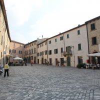 San Leo, piazza Dante Alighieri (04) - Gianni Careddu - San Leo (RN)